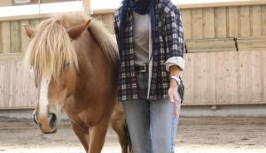 Teilnehmerin leitet frei laufendes Pferd